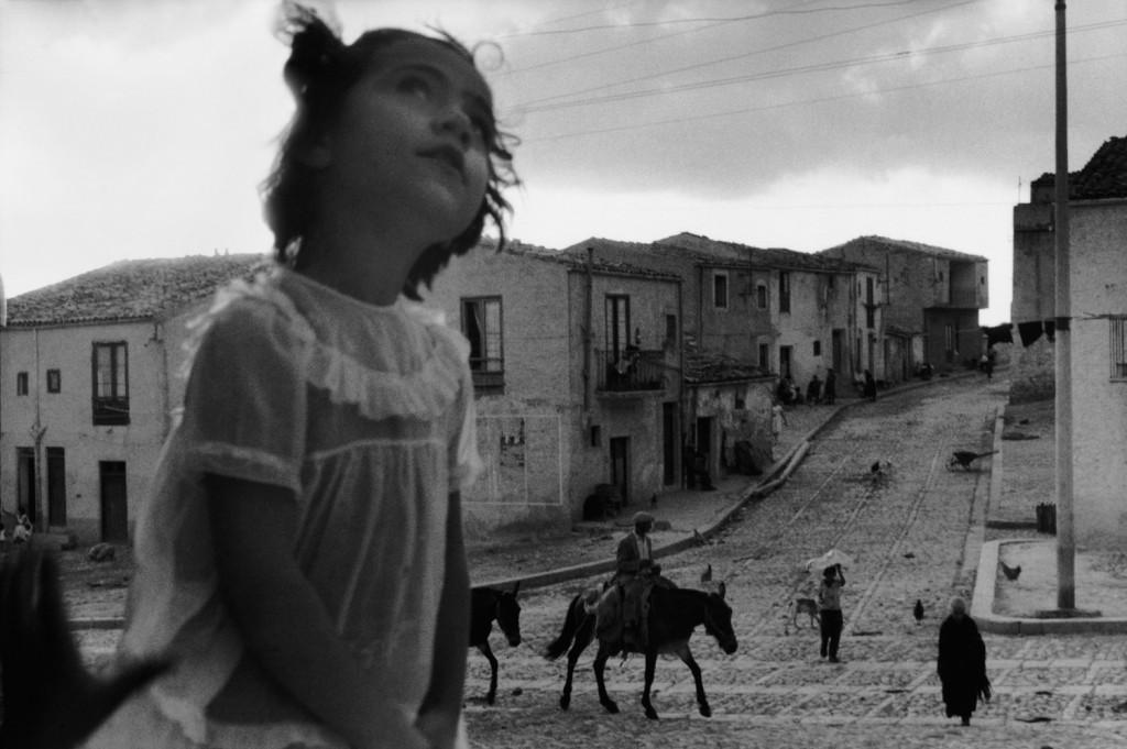 Rue principale de Corleone. Sicile, 1959 (© Sergio Larrain/Magnum Photos)