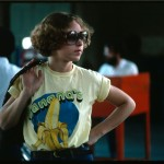 Lyntha Scott Eiler, Cincinnati, OH, September 1975 Foto de 1975 de Lyntha Scott. Una joven espera que su coche pase una revisión de emisión de gases (National Archives, Records of the Environmental Protection Agency)