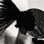 Issey Miyake, Paris, 1981 En las fotos de alta costura, como esta de Miyake, Heiser prefería centrarse en detalles no fundamentales (Delaware Art Museum, Gift of Mrs. Mary G. Heiser, 1994)
