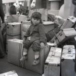 """""""Esperando a su madre sentada en las maletas"""". Foto de Martí en el puerto de A Coruña en 1963 (© Alberto Martí - Cortesía Consello da Cultura Galega)"""