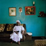 Mrs Yalmamie Sesay, the 'Mamie Queen' of Kissy Brook in the east end of Freetown Yalmamie Sesay, una de las 'mammie queen' que se encargan de mediar en litigios de poca importancia en Sierra Leona (© 2013 Aubrey Wade. All rights reserved)