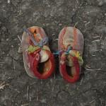 Maban County, Upper Nile State, South Sudan, June 2012 Musa Shep, de dos años, anduvo 20 días con este par de zapatos para llegar a un campo de refugiados en Sudán del Sur. Foto de Shannon Jensen (© Shannon Jensen/Reportage by Getty Images)