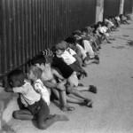 Do lado de fora do Estádio do Pacaembu. São Paulo, SP, 1941. Foto: Thomas Farkas / Acervo IMS