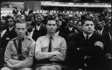 George Lincoln Rockwell (centro) y dos de sus camaradas nazis en un mitin de Malcolm X en 1962 © Eve Arnold